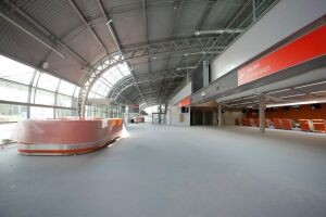 Zajrzyj do wnętrza terminalu w Modlinie