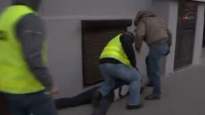 Prokuratura chce umorzenia sprawy policjanta, który kopał demonstranta