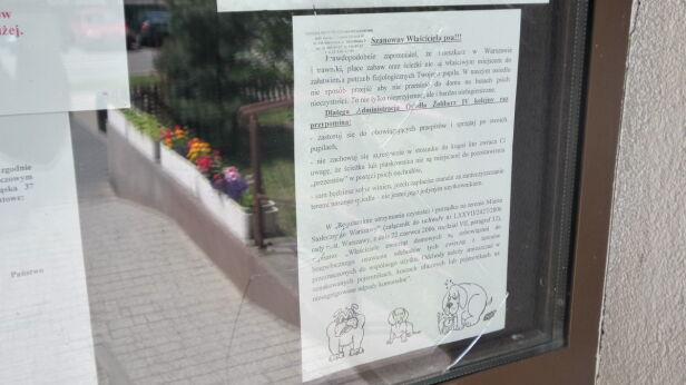 Ogłoszenie w sprawie psów wywieszone przez administrację Mateusz Szmelter / tvnwarszawa.pl