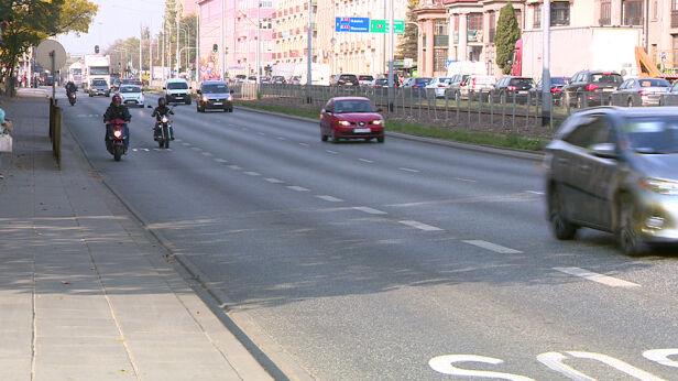 Motocykliści na buspasach w Łodzi TVN24