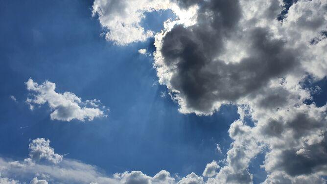 Pogoda na dziś: miejscami możliwe są burze, do 27 stopni