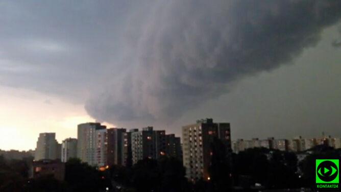 Apokaliptyczny wał szkwałowy zapowiedział burzę w Warszawie