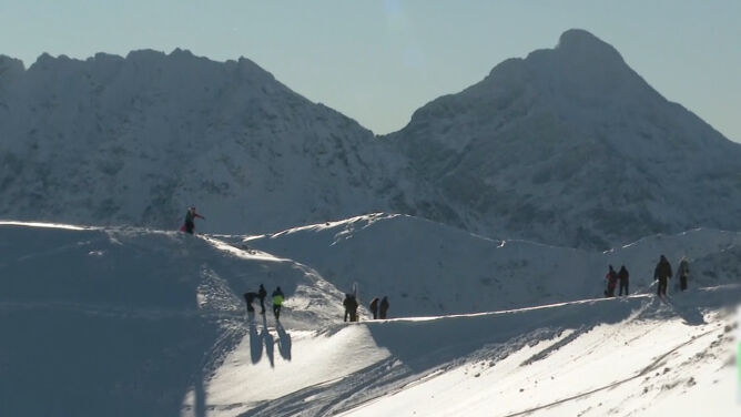 """Piękna aura nie oznacza lepszych warunków do wędrówek. Lawinowa """"dwójka"""" w Tatrach"""