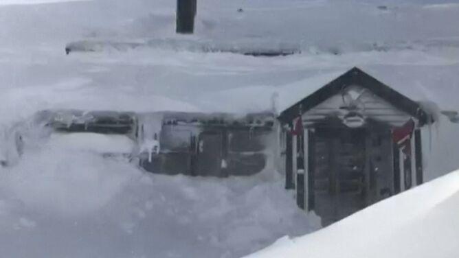 Na południu Norwegii tyle śniegu, że zaspy uwięziły turystów